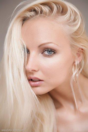Эротические фото симпатичной Veronika Symon с красивым голым телом
