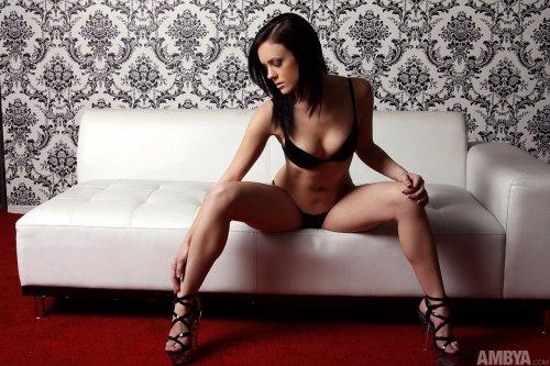 Stephanie Sage на белом диване