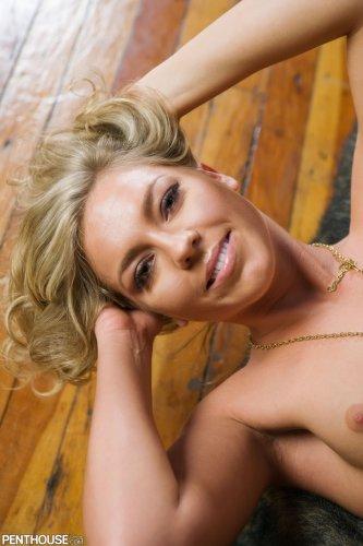 Возбуждённая девица Ally Kay показывает пизду с большими половыми губами