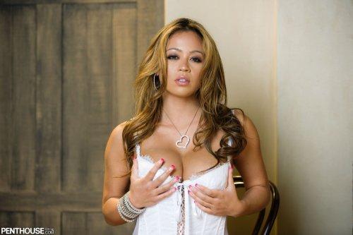 Азиатка Mia Lelani снимает корсет и чулки на эротических фото Penthouse