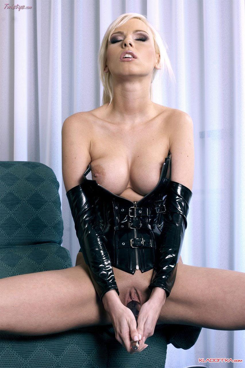 Страстная блондинка в черном латексе показывает свое тело