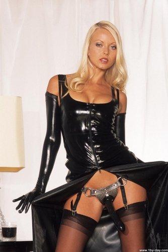 Госпожа Jana Cova в латексном костюме и прикреплённым чёрным страпоном