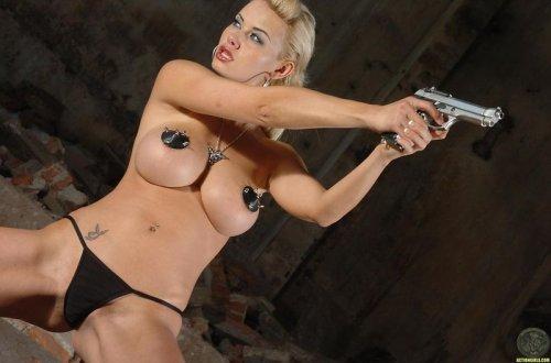 Убойная красотка Kathy Lee с большими круглыми сиськами снимает трусы