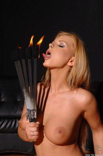 Горячая обнажённая красотка Dorothy Black в латексных сапогах играет с огнём