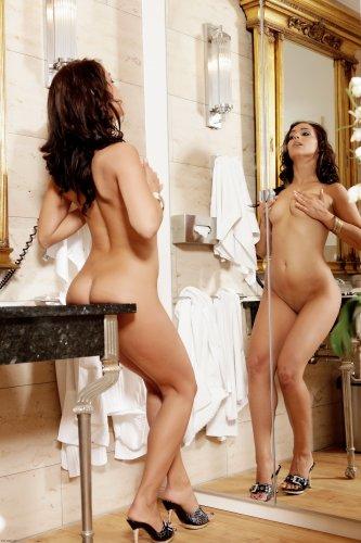 Обнажённая женщина Bianca с красивой фигурой позирует перед зеркалом