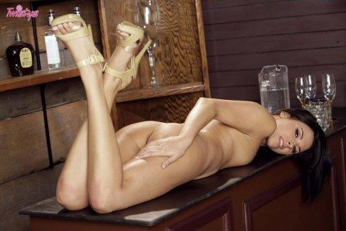 Молодая брюнетка Danica Dillan доводит себя до оргазма пальцами на кухне