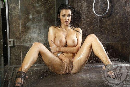 Восхитительная порно-модель Aletta Ocean с силиконовыми буферами в душе