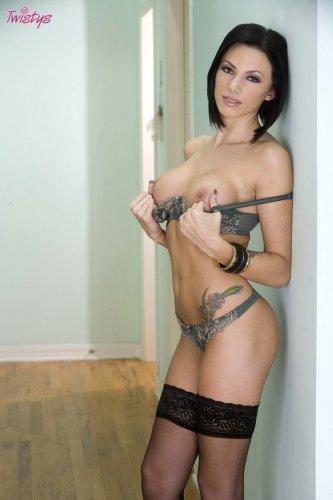 Татуированная тёлка Juelz Ventura в чулках и сексуальном нижнем белье