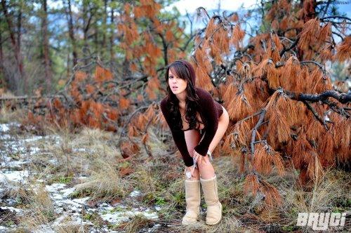 Красотка Bryci с большой грудью и круглой попкой гуляет голая по лесу