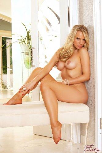 Бомбическая блондинка Ancilla Tilia в розовом белье на эротических фото