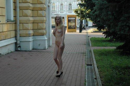 Прогулка молодой бесстыжей студентки Юли голышом по улицам Нижнего Новгорода