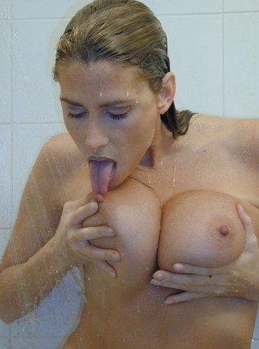 Шаловливая грудастая женщина Люда делает частные эротические снимки в душе