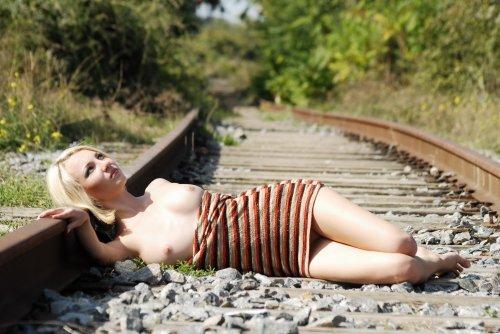 Молодая блондиночка Milana B делает частные эротические фото на рельсах