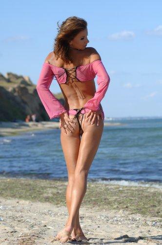 Худая раскрепощённая Viska в откровенных трусиках раздевается на пляже
