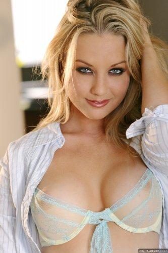 Горячая блондинка в прозрачном нижнем белье на эротических фото одна дома