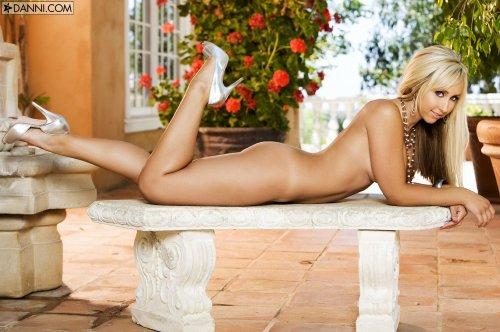Гламурная сисястая фотомодель Jessica Lynn в обтягивающих полосатых штанах