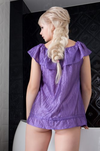 Русская белокурая красавица Feeona хвастается интимной причёской в ванной