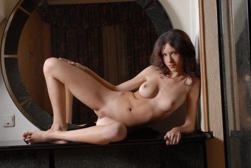 Скромная обнажённая девушка Florance на эротических фото в гостиной