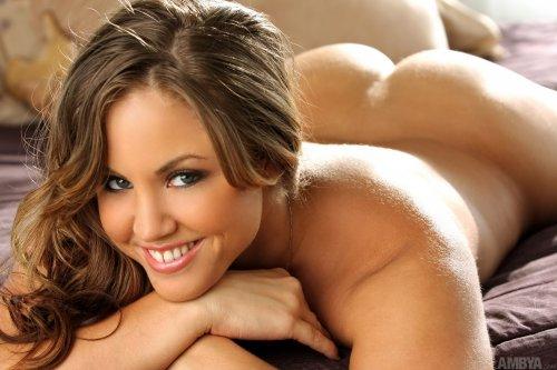 Жопастая тёлка Heather в прозрачном сексуальном пеньюаре устроила эротику