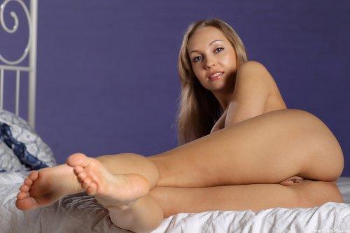 Очаровательная Pia E с отличными сиськами и круглой попкой позирует голая