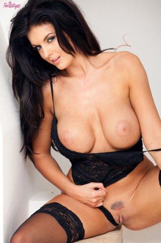 Знойная порномодель Tommy Jo с пятым размером груди в сексуальном белье