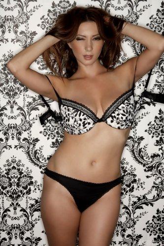 Страстная модель Julia с большой грудью на красивых эротических фото