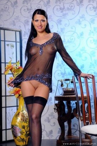 Раскрепощённая Ира сексуально позирует в прозрачной кофте и чулках