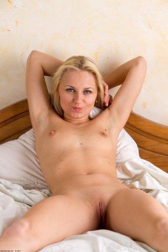 Симпатичная скромная девушка Елена снимается в частной эротике для мужа