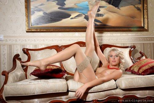 Русская кудрявая блондинка Malgina сексуально позирует голая в номере люкс