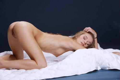 Эротическая фотосессия соблазнительной Milena D на пуховом одеяле
