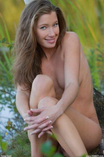 Русская девчонка Irena с красивой фигурой раздевается в лесу на озере для фото