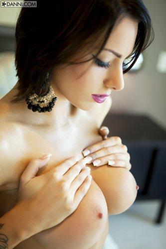 Порнозвезда Juelz Ventura с пирсингом на клиторе мастурбирует в спальне