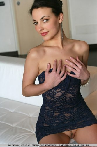 Симпатичная Lorena B. фоткается голая в откровенных позах на белом диване
