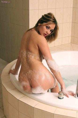 Частные эротические фото возбуждённой грудастой Lenka Gaborova в ванной