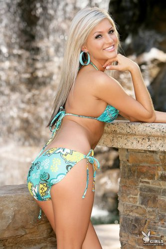 Симпатичная Brittany Nicole раздевается у водопада
