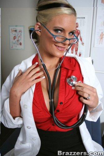 Порно врач Phoenix Marie с большими сиськами и без трусов на фото для BRAZZERS.COM