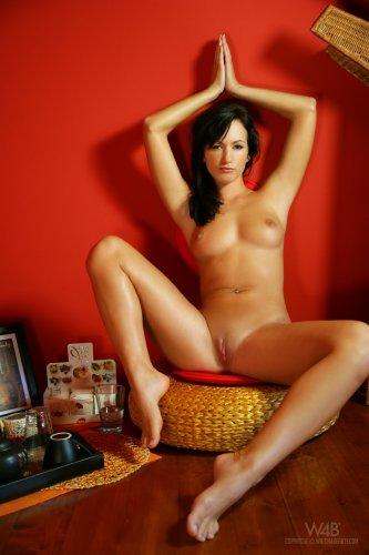 Брюнетка Tess снимает сексуальное нижнее бельё и занимается медитацией