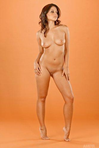 Симпатичная голая девушка Cali Logan с бритой киской на кастинге AMBYA