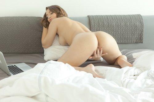 Возбуждённая Dani Daniels мастурбирует в привате эротического видеочата