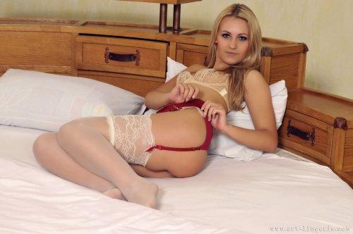 Симпатичная дивчуля Инна в сексуальном нижнем белье на кровати