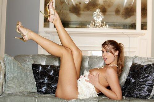 Фотомодель Adrienne Manning с красивой фигурой разделась на эротических фото