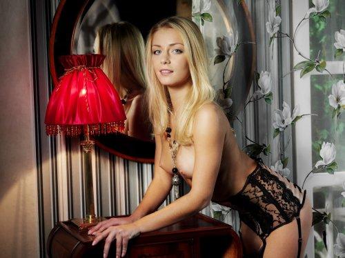 Счастливая блондинка Sharon D позирует в красивом эротическом белье