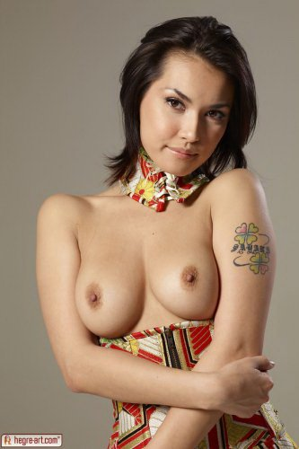 Фото Maria Ozawa с абалденной задницей в кимоно из секс-шопа