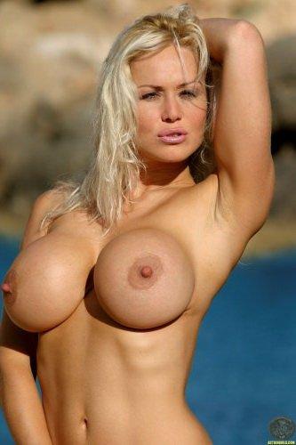 Дама Sasha с большими силиконовыми сисяндрами купается голая в озере
