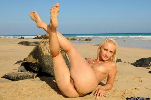 Стройная блондинка Adriana в откровенном купальнике на песчаном пляже