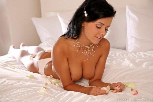 Очаровательная брюнетка Laetittia с бритой писей на белоснежной кровати