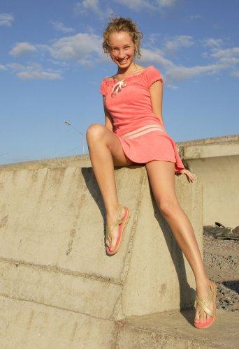 Улыбчивая студентка Юля без нижней одежды делает частные эротические фото