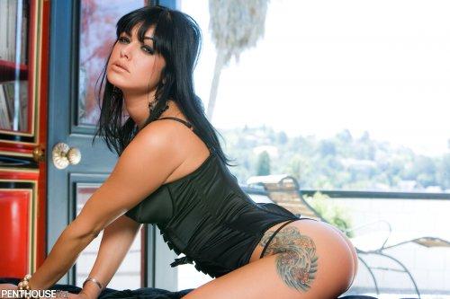 Мега сексуальная брюнетка Sadie снимает стринги в кабинете для Penthouse