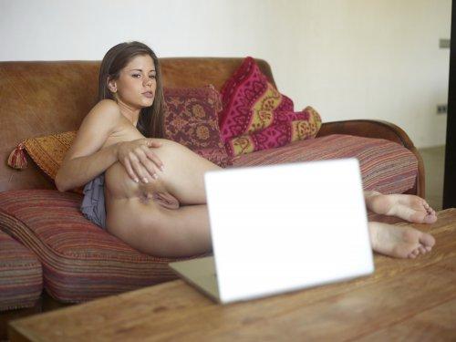 Caprice развлекается по веб камере