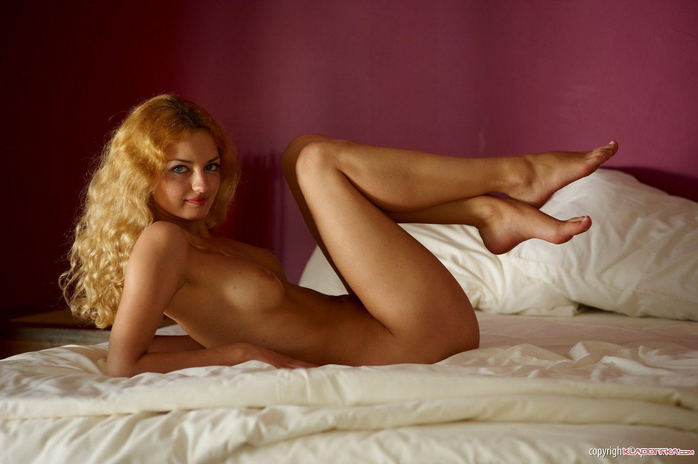 Две голых девки в постели, трахнул продавщицу за прилавком
